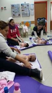 """טלי בסדנת עיסוי תינוקות בקופ""""ח כללית"""